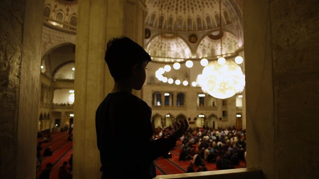 İslam dünyasında Ramazan Bayramı için iki ayrı tarih.