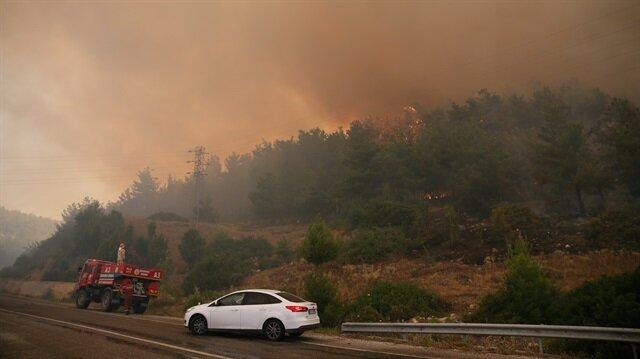 Menderes ilçesi Şaşal Mahallesi yakınlarındaki makilik alanda çıkan yangın ormana sıçradı.