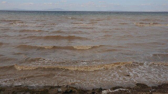Taşınan çamurlu sular nedeniyle, denizin renginin değiştirdiği görüldü.