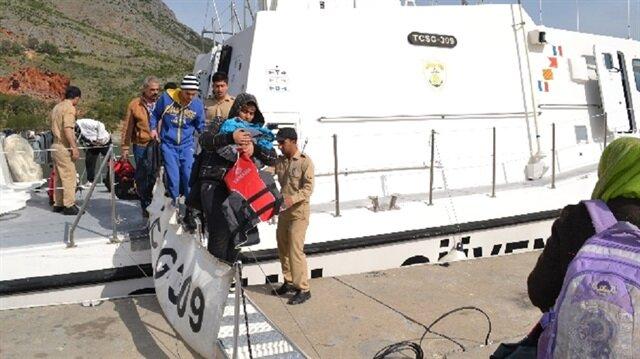 Mersin'de Suriye bayraklı bir teknede 156 göçmen durduruldu. 