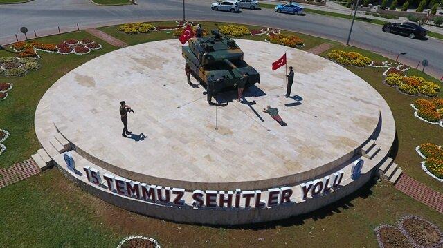Anıta dönüştürülen 15 Temmuz fotoğrafı anıtı polyesterden inşa edildi.