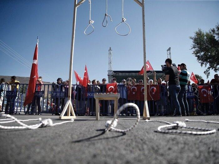 Suikast girişimine ilişkin duruşmanın görüleceği alanda toplanan vatandaşlar, sanıkların üzerine idamı ipi attı. Dar ağacı kuran kalabalık, okunan sanık isimlerinden sonra 'idam' diye bağırdı.