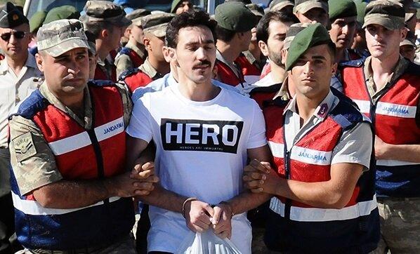 15 Temmuz gecesi Cumhurbaşkanı Erdoğan'a düzenlenen suikast girişimindeki timde yer alan darbeci Gökhan Güçlü'nün duruşmaya geldiği 'hero' (kahraman) tişörtü dikkatleri çekti.