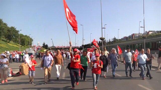 Bayrağını alan yürüyüşe geliyor