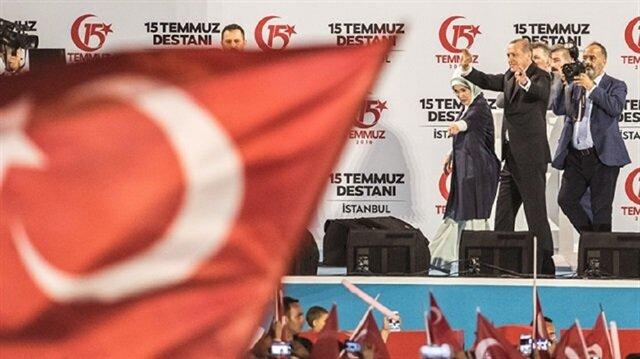 أردوغان على منصة جسر شهداء 15 تموز استعدادًا لإلقاء كلمته
