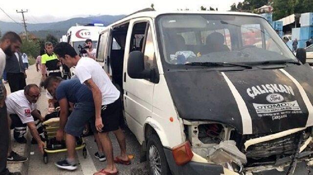Düzce Yerel Haber: Düzce'de otomobil ile minibüsün çarpıştığı kazada 11 kişi yaralandı.