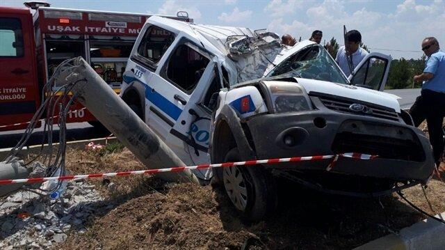 Polis aracının beton elektrik direğine çarptı.