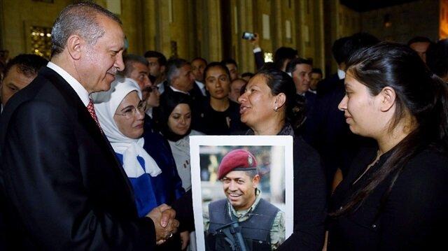 Cumhurbaşkanı Erdoğan Ömer Halisdemir'in eşi ve kızıyla buluştu