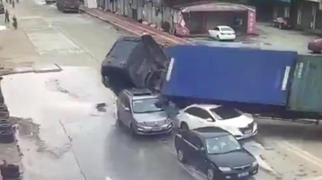 Otomobillerin arasına dalan TIR dehşet saçtı