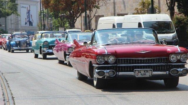 Düğün konvoyuna onlarca klasik araç katıldı.