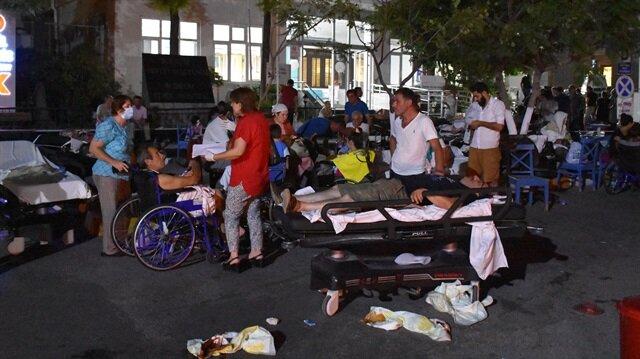Vatandaşların depremin yarattığı korku nedeniyle sokaklarda geceyi geçirdi.