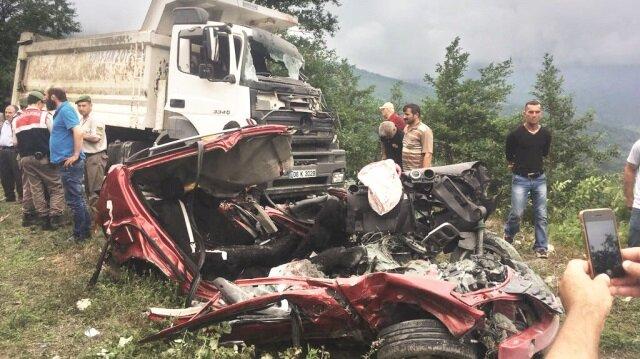 Artvin'de kamyonun biçtiği otomobildeki 3 kişi öldü.