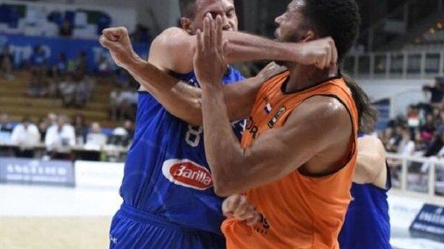 Yıldız basketbolcunun bu yumruğu İtalya'ya pahalıya patladı.