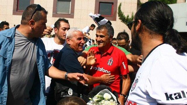 Taraftarlar Beşiktaş kafilesine sevgi gösterilerinde bulundu.