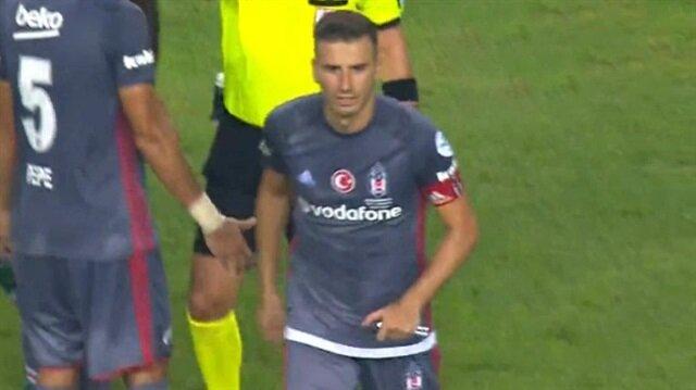Beşiktaş-Konyaspor maçında sahaya çakı atıldı.