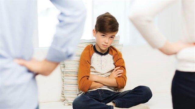 Çocuğun oyun oynamak için parka çıkmak istemesi veya dolapların içerisini karıştırmak istemesi, istenmeyen davranış olmasının aksine, o yaş grubu çocukların gelişimsel özelliğidir.
