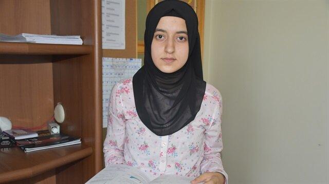 Esra Çukur, TEOG sistemi kapsamındaki sınavlarda aldığı 499 puanla İstanbul Erkek Lisesi'ni kazandı.