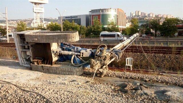 Sondaj makinesi tren yoluna devrildi.
