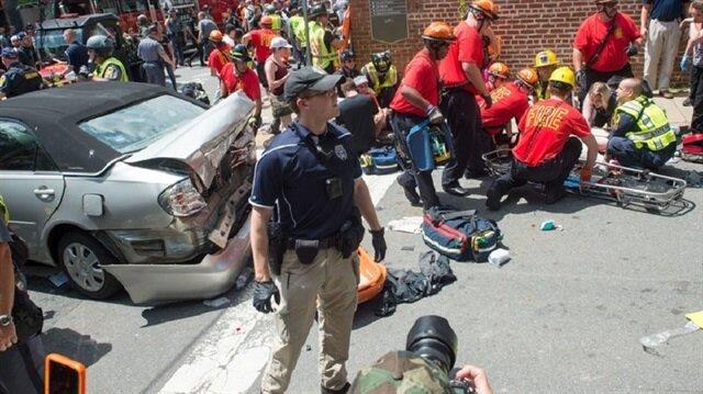 ABD'de otomobil göstericilerin arasına daldı