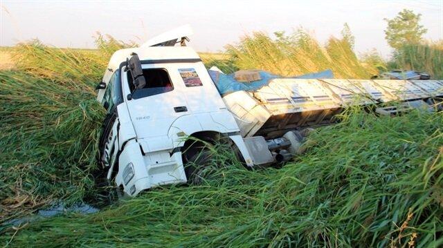 Konya'da sürücüsünün direksiyon başında uyuduğu iddia edilen tır, yol kenarındaki su kanalına düştü.