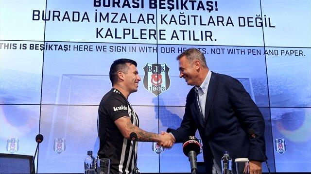 Beşiktaş Başkanı Fikret Orman, Şilili Gary Medel'in transferinin ardından şimdi de Hırvat Vida'nın transferini bitirmeye çalışıyor.