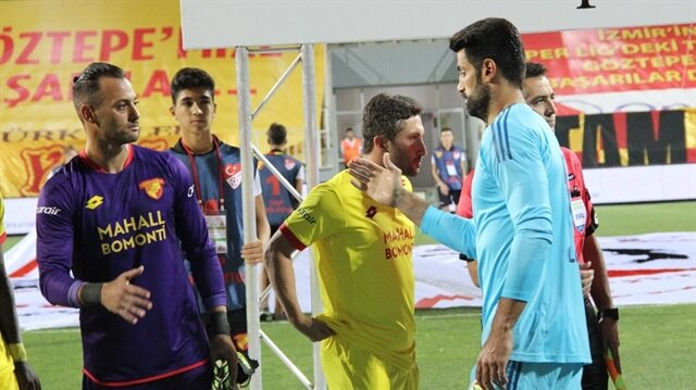 Seromoni esnasında iki takım oyuncuları sırayla tokalaşırken Göztepe kaptanı Sabri Sarıoğlu ile Fenerbahçe kaptanı Volkan Demirel tokalaşmadı.