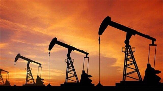 Brent petrolün varil fiyatı haftanın ilk gününde 52 dolar sınırında işlem görüyor.