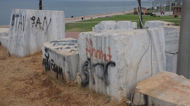 Deprem Anıtı'nı yazı duvarına çevirdiler...