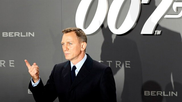 """Actor Daniel Craig poses for photographers on the red carpet at the German premiere of the new James Bond 007 film """"Spectre"""" in Berlin, Germany, October 28, 2015."""