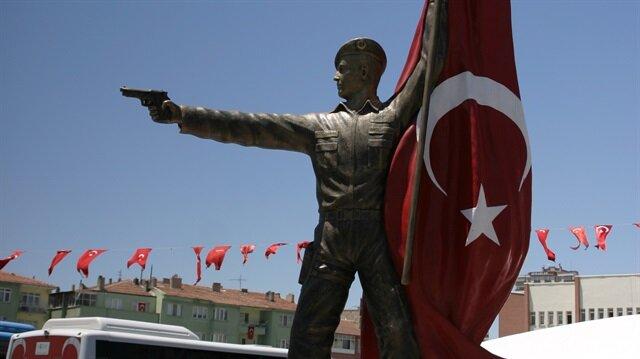 Niğde'ye şehit Ömer Halisdemir heykeli, şehidin silüetini tam olarak yansıtmadığı gerekçesiyle meydandan kaldırıldı.