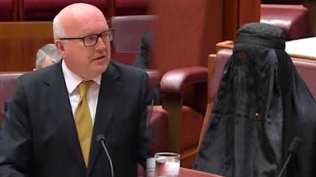 Irkçı liderin burka eylemine Avustralyalı bakandan sert tepki