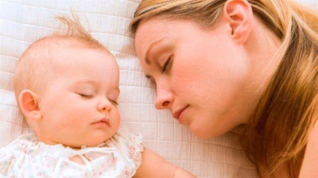 Gebelik sonrası sendromu yaşayan annelere aile desteği çok önemli. Bu süreçte en büyük destek eşlere düşüyor. Babaların özellikle gece uykusu konusunda eşlerine yardımcı olmaları gerekiyor.