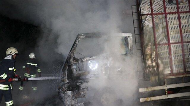 Seyir halindeki kamyonda çıkan yangında tavuklar telef oldu