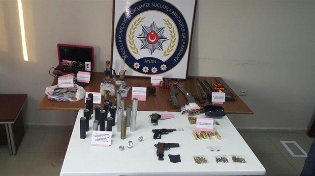 Operasyonda, 70 gram metamfetamin, 16 gram esrar ve 56 uyuşturucu hap ile 1 kalaşnikof, 3 tabanca, 200 tarihi sikke ele geçirildi