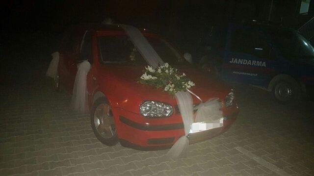 Gelin arabası süsü verilmiş araç ile uyuşturucu sevkiyatı yaparken yakalandılar.