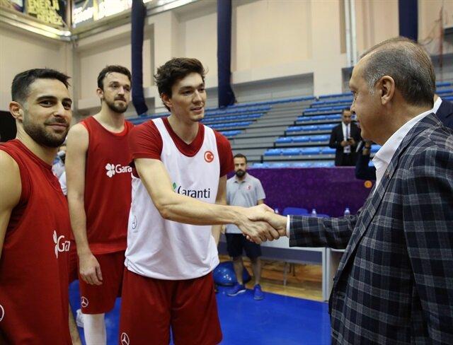 أردوغان يحضر تدريب المنتخب التركي لكرة السلة