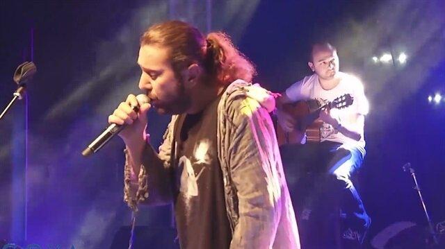 Babası vefat eden Halil Sezai, konserine devam etti.