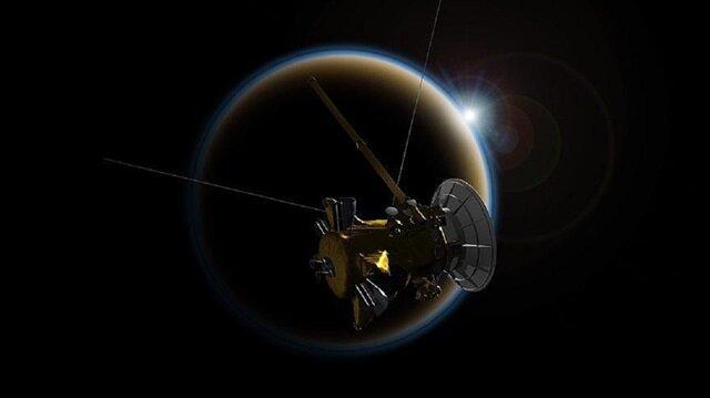 Cassini'nin Titan'la yakınlaşmasıyla Satürn yörüngesindeki hareketinin yavaşladığı ve gezegene doğru alçalmaya başladığı kaydedildi.