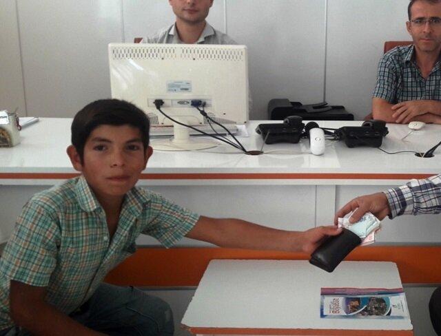 12 yaşındaki çocuk bulduğu 3 bin lirayı sahibine teslim etti