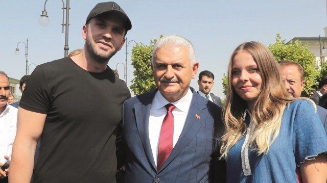Başbakan Yıldırım, cami çıkışında vatandaşlar sohbet etti ve hatıra fotoğrafı çektirdi.