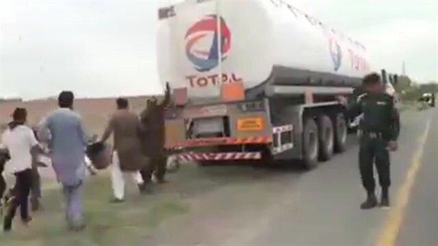 Kaza sonrası yakıt tankerini yağmalayan insanlar