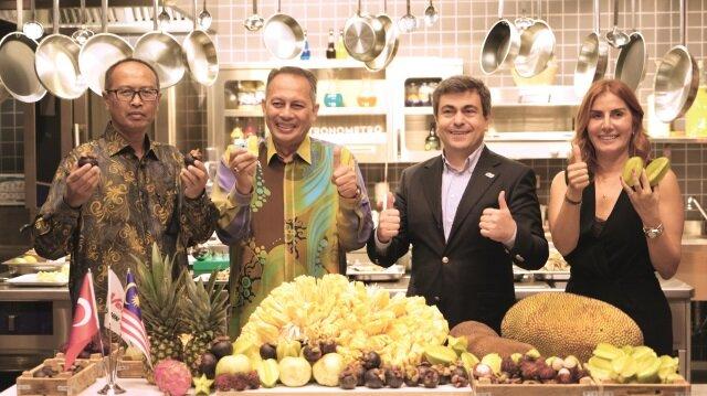 Malezya'nın egzotik meyveleri Malezya Büyükelçisi Dato Abdul Razak Abdul Vahab, Dubai Malezya Başkonsolosluğu'dan Tarım Bölümü Konsolosu Shahid Abu Bakar, İdeal Tarım Yönetim Kurulu Başkanı Zeki Birincioğlu ve Sağlıklı Beslenme ve Diyet Uzmanı Taylan Kümeli'nin konuşmalarıyla tanıtıldı.