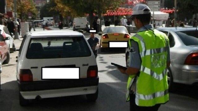 Aksaray'da yaya geçidine park eden polis aracı.