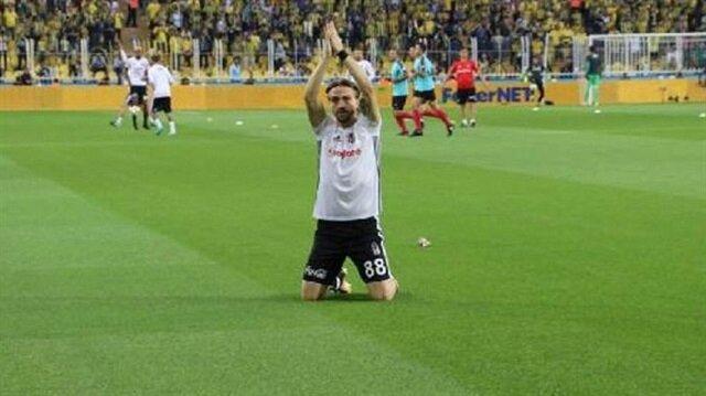 Caner Erkin, Beşiktaş tribünlerinin önüne gelerek böyle diz çöktü.