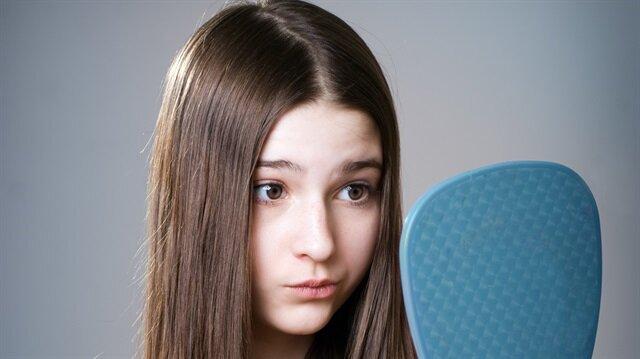 Dr. Emrah Çinik, özellikle yaz mevsiminde saç dökülmesinin daha fazla olduğunu söyledi.