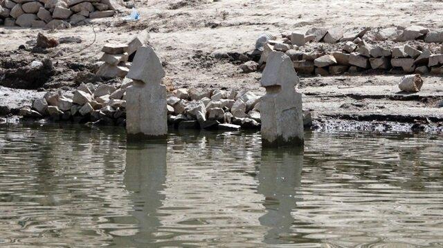Sular çekildi, köy ortaya çıktı...