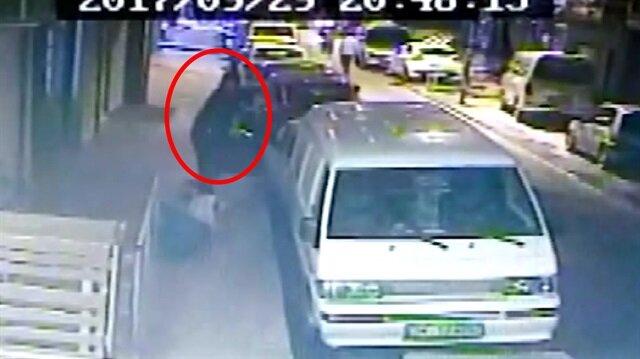Husumetli olduğu şahsa sokak ortasında kurşun yağdırdı!