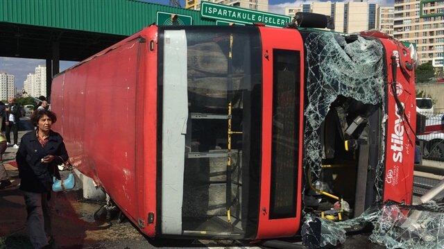 İstanbul'da iki katlı halk otobüsü devrildi