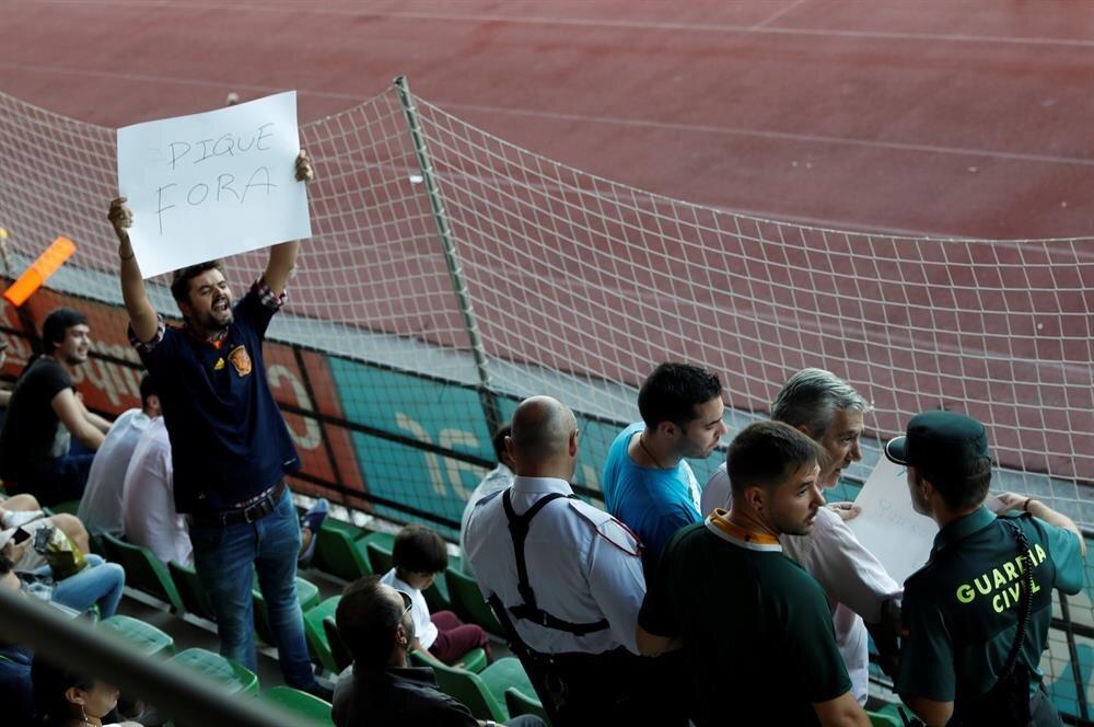 İspanyol taraftarlar Pique'nin milli takımda oynamasını protesto etti.