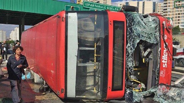 İki katlı halk otobüsü gişelere çarparak devrildi.